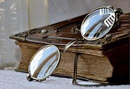 buch-mit-brille.jpg